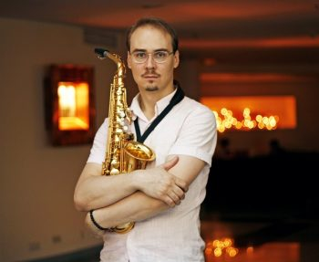 Saxophonist_night_club
